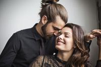 笑顔の若いカップル