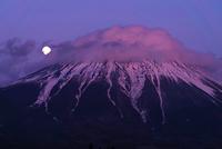 笠に覆われた夕照富士に月
