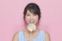 カラフルキャンディを持つ日本人女性