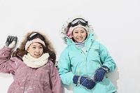 寝転ぶ女性スノーボーダー二人