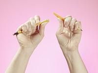 鉛筆を真っ二つに折る手