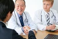 握手をするビジネスマンと医師