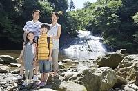 渓流に立つ家族
