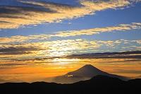 静岡県 富士見平 夜明けの富士山と朝焼け雲