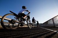自転車に乗る日本人の子供