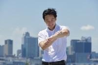 汗拭きシートを使う日本人ビジネスマン