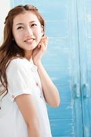 遠くを見ている笑顔の日本人女性