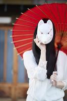 狐面を持った日本人女性