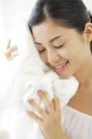 タオルに頬ずりする女性