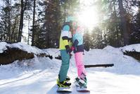 スノーボーダーのカップル