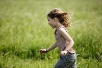 走る白人の子供