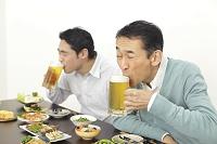 居酒屋で飲む父親と息子