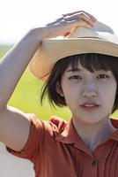 帽子をかぶる若い女性