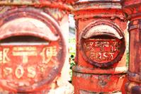 整列した昭和の郵便ポスト