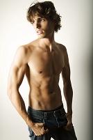 上半身裸の若い外国人男性