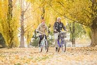 自転車をのるカップル