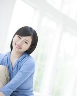 窓辺で笑う日本人女性