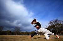 野球を練習する日本人の子供