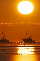 北海道 朝の海とホタテ船