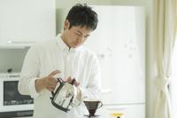 お湯を注ぐ日本人の男性