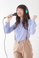 マイクを持って歌う日本人女性