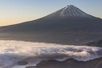 山梨県 新道峠 河口湖と覆う雲海と富士山