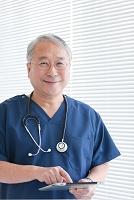 タブレットを操作する医師