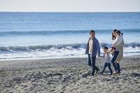 海岸で遊ぶ日本人家族