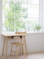 窓辺に置かれた机と椅子