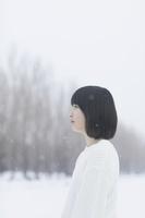雪を眺める日本人の女の子