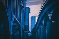 夕闇に浮かぶ高層ビルと鉄橋