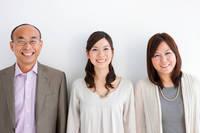 並んでいる笑顔の日本人親子