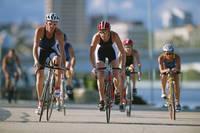 トライアスロンで自転車に乗る人々