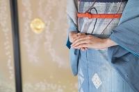 手を組む着物の女性