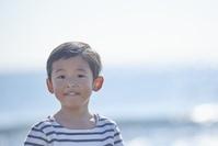 海岸にいる日本人の男の子
