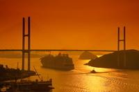 夕方の長崎港を出港する豪華客船 オベーション・オブ・ザ・シーズ