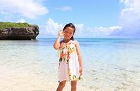 沖縄県 池間島 少女と貝殻