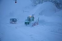 北海道 東川町 旭岳温泉 朝の除雪作業をする除雪車
