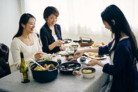 ホームパーティーを楽しむ40代日本人女性3人