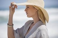 夏の日差しを浴びる外国人女性