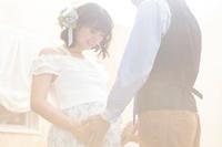妊婦のお腹をさわる日本人夫婦