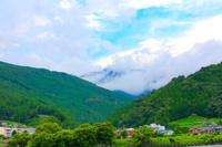静岡県 雨雲がかかる山と小さな集落
