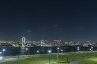 豊洲ぐるり公園とレインボーブリッジと東京湾岸ビル群の夜景