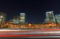 東京都 東京駅と丸の内の高層ビル群の夜景