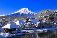 山梨県 雪晴れの忍野村と富士山