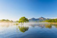 福島県 朝の桧原湖と磐梯山 青空