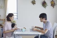 昼食を食べる日本人家族