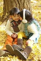 紅葉のきれいな秋の公園で寄り添う子供達