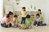 リズム遊びをする保育園児と保育士