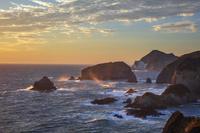 静岡県 愛逢岬より夕日に染まる波浪の奥石廊崎海岸
